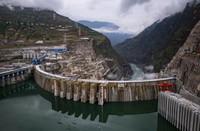 6月28日拍攝的正在發電運行的白鶴灘水電站。