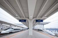 6月28日,即將發車的D1758次列車(右)停靠在瀘州站。 新華社記者 江宏景 攝