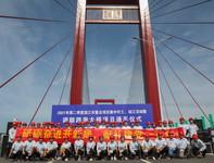 6月28日,在湛江調順跨海大橋通車儀式現場,中鐵大橋局建設者合影。