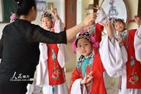 2021年6月29日,在山東省高密市崇實小學的舞蹈教室,孩子們在戲曲老師的指導下練習茂腔。