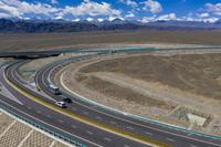 6月30日,車輛從新疆伊吾縣駛入京新高速公路(無人機照片)。