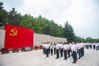 6月30日,參觀南湖革命紀念館的黨員重溫入黨誓詞。新華社記者 江漢 攝
