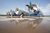 6月30日,河北省威縣一家風電機組葉片制造企業工人在調試大型風電機組葉片螺孔。