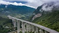 7月1日,車輛行駛在正習高速道角大橋上(無人機照片)。