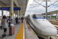 7月1日,旅客在貴州省黔西高鐵站登上成都東開往珠海的D1841次動車組列車。新華社發(范暉 攝)