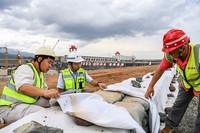 7月2日,工作人員查看大藤峽水利樞紐工程右岸項目下游圍堰的防汛設施。
