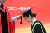 7月2日,在北京外國語大學,一名畢業生參加學位授予儀式。