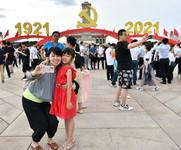 7月3日,市民楊女士(前左)和女兒在廣場上自拍留念。新華社記者 李鑫 攝