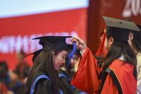 7月4日,在中國人民大學世紀館,2020屆畢業生參加學位授予儀式。新華社發(胡智軒 攝)