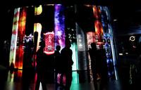 7月5日,參觀者走在宇宙大年歷展品前。