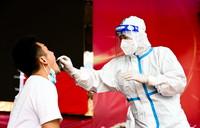 7月5日,防疫人員為市民進行核酸檢測。