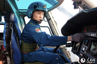飛行員調試設備準備起飛。