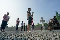 """7月7日,社會各界人士在侵華日軍南京大屠殺遇難同胞紀念館參加""""國殤難忘 警鐘長鳴""""——撞響和平大鐘活動。"""