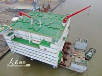 2021年7月8日,在江蘇南通振華重裝碼頭拍攝的三峽如東海上換流站。