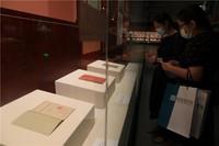 觀眾正在參觀展覽。國家圖書館供圖