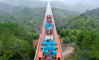 7月8日,在貴南高鐵貴州段五標施工現場,最后一孔箱梁在架設中(無人機照片)。