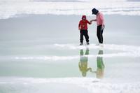 7月8日,游客在察爾汗鹽湖游玩。