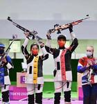 杨倩(左)、杨皓然庆祝夺冠。人民日报报道团 薛原摄