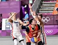 中国女队张芷婷(中)在比赛中。 人民日报报道团 薛原摄
