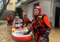 7月24日,浙江省绍兴市消防救援支队指战员在柯桥区湖塘街道、夏履镇部分村庄疏散被困老人。张佳胤摄