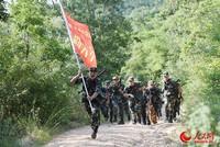 武警合肥支队执勤六中队官兵在烈日下进行山地五公里武装越野。