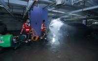 郑州市金水区红十字风马旗救援队在地下车库进行消杀处理。谭纪刚摄 中国红十字会供图