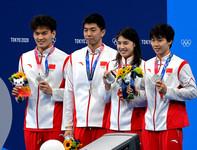中国游泳队在颁奖典礼上展示奖牌。 人民日报报道团 王霞光摄