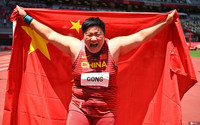 巩立姣赛后身披国旗庆祝夺冠。 图片来源:IC Photo 未经允许,严禁转载。