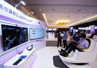 8月2日,参观者在2021全球数字经济大会上体验工业数字孪生技术。