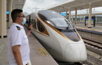 8月3日,朝凌高铁首趟从锦州北站发车驶向大连方向的G9147次列车即将发车,工作人员在旁进行准备工作。
