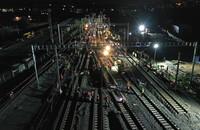 8月3日晚,中铁四局施工人员在进行拨接施工(无人机照片)。