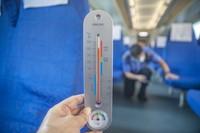 8月3日,在重庆西客技所,守车车长杨峰在40摄氏度高温下对列车全列隐蔽部位进行检查。新华社记者 黄伟 摄