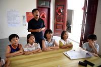 8月3日,低龄阶段的孩子们跟着周伟杰学唱歌曲。新华社记者 黄博涵 摄