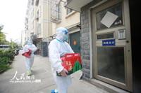 2021-10-27,江苏省扬州市广陵区汤汪乡杉湾花园社区防疫志愿者将生活物资送至居民家。
