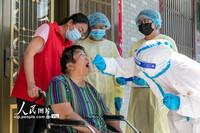 8月8日,江苏省海安市大公镇党员和志愿者上门为行动不便的老人进行核酸检测采样。