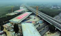 8月9日,跨京沪铁路双T构转体桥开始转体(无人机照片)。