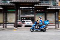 8月9日,在张家界永定区永定街道,外卖员燕赢召在骑车送外卖的路上。