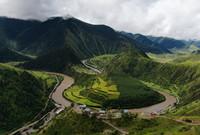这是8月7日在青海省果洛藏族自治州班玛县境内拍摄的玛可河(无人机照片)。新华社记者 张龙 摄