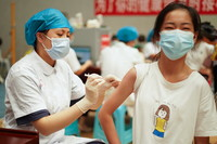 8月12日,在贵州省丹寨县体育馆接种点,一名学生在接种新冠疫苗。新华社发(杨武魁 摄)