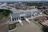 空中俯瞰塘栖镇的菜籽河东排涝枢纽。该枢纽具有排涝和防止河水倒灌的作用(8月12日摄,无人机拍摄)。
