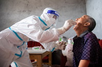 8月12日,在张家界市永定区沅古坪镇柏杨坪村,医务人员上门给村民做核酸检测取样。