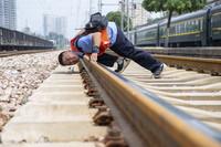 8月11日,在南同蒲线运城站,李宁俯身目测线路水平变化。