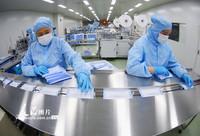 2021-10-27,江苏连云港一口罩生产车间内,工人正在赶制一批储备用的医用外科口罩。