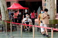 8月15日,市民在郑州市纬一路小学检测点排队,准备进行核酸检测取样。新华社记者 朱祥 摄