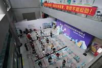8月16日,在南京市秦淮区新冠疫苗集中接种点,市民排队准备接种疫苗。