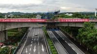 南玉高铁六景郁江特大桥跨六钦高速公路连续梁合龙处(无人机照片,8月16日摄)。