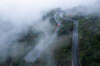 8月17日,公交车从海拔800米的诸暨市赵家镇桃岭村前往山下的镇区(无人机照片)。