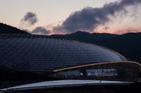 建设中的太子城站,顶棚由光伏发电设施覆盖。