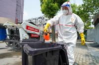 8月18日,在扬州市邗江区康乐新村,环卫工人对社区内的垃圾桶进行日常消杀。