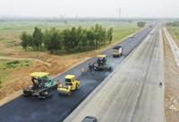 这是8月22日拍摄的河北省尚义县八道沟镇境内的张尚高速公路施工现场(无人机照片)。